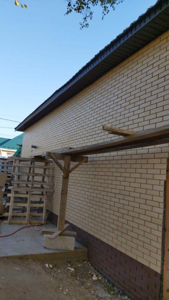 Фасадная панель желтый кирпич Steindorf на доме